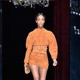 Jourdan Dunn desfilando con la colección primavera/verano 2016 de Balmain en Paris Fashion Week
