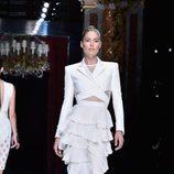Doutzen Kroes desfilando con la colección primavera/verano 2016 de Balmain en Paris Fashion Week
