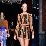 Alessandra Ambrosio desfilando con la colección primavera/verano 2016 de Balmain en Paris Fashion Week