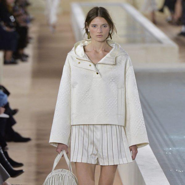d336567a65 Sudadera blanca de la colección primavera verano 2016 de Balenciaga en Paris  Fashion Week - Desfile de la colección primavera verano 2016 de Balenciaga  en ...