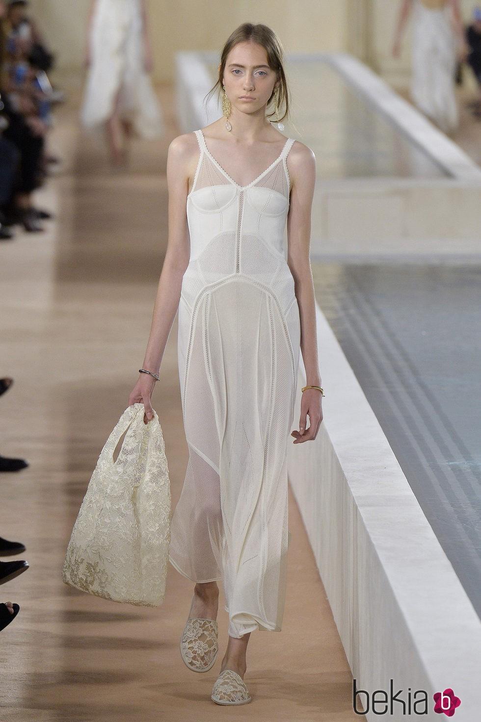 4d9a5f8bec Anterior Vestido blanco de la colección primavera verano 2016 de Balenciaga  en Paris Fashion Week