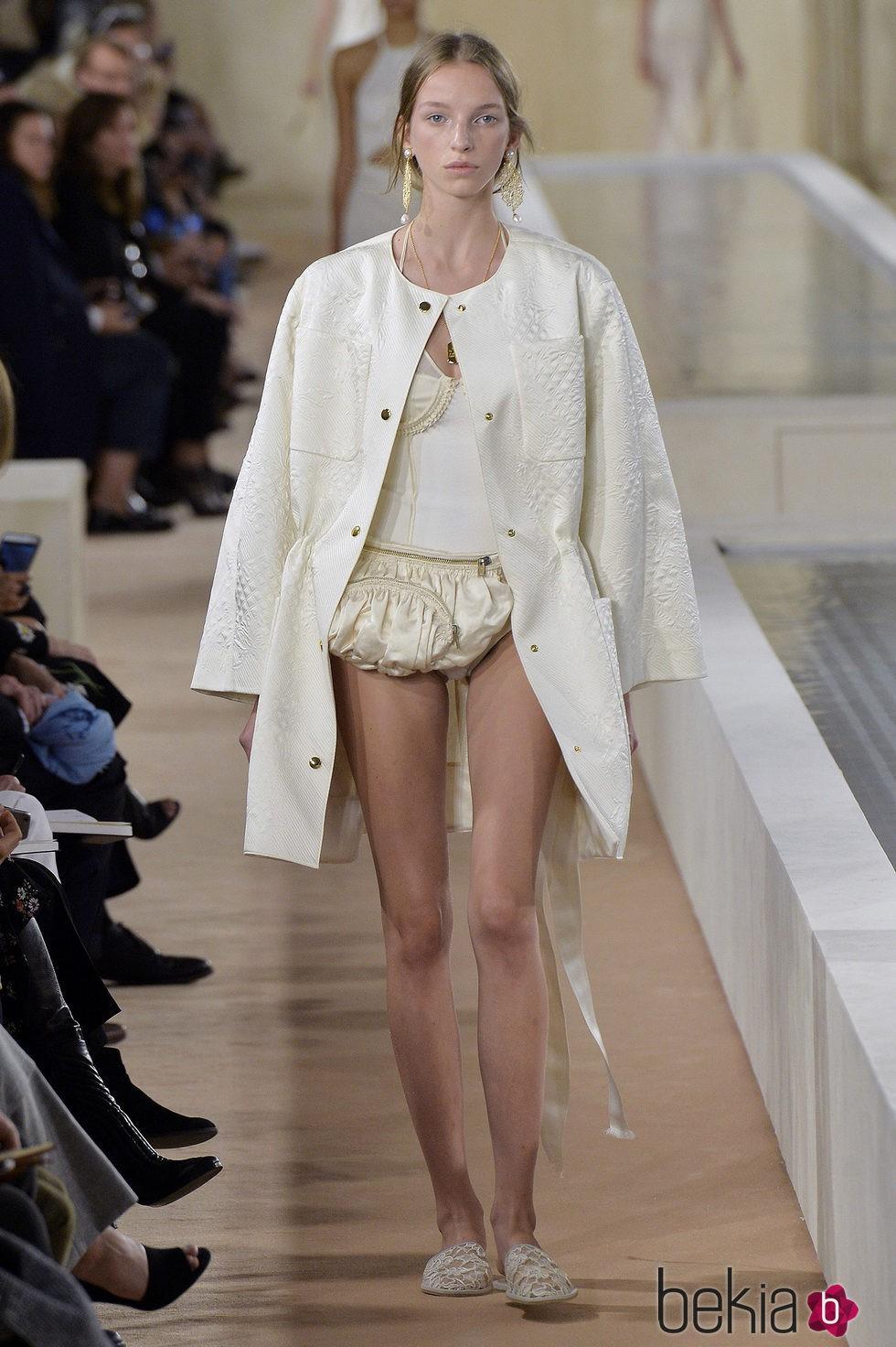 82e5288b46 Anterior Abrigo blanco de la colección primavera verano 2016 de Balenciaga  en Paris Fashion Week