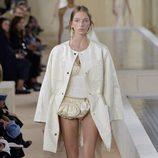 Abrigo blanco de la colección primavera/verano 2016 de Balenciaga en Paris Fashion Week