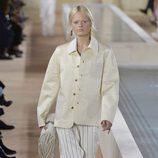 Pantalones blancos con rayas doradas de la colección primavera/verano 2016 de Balenciaga en Paris Fashion Week