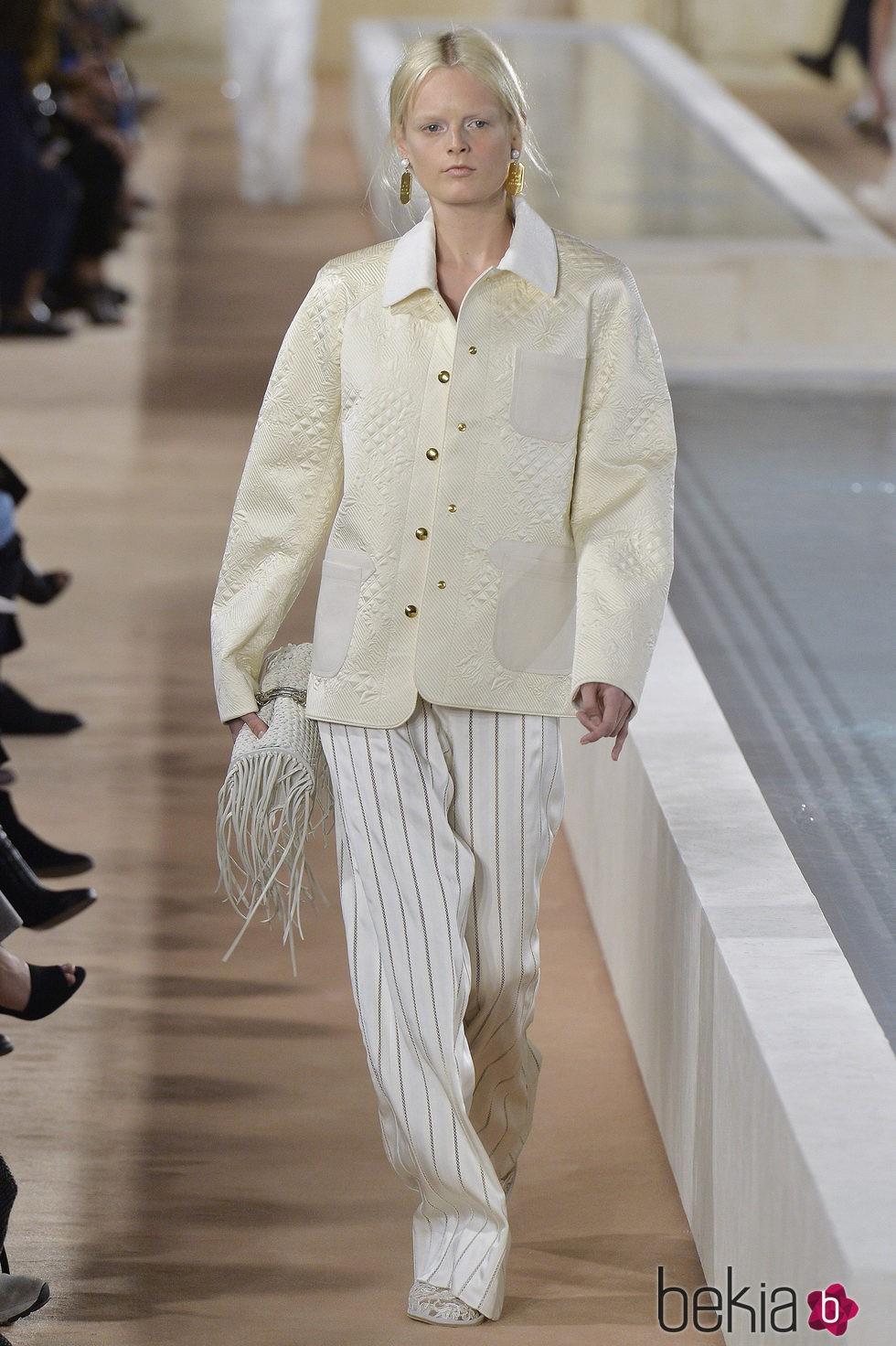 cfda5acc35 Anterior Pantalones blancos con rayas doradas de la colección primavera verano  2016 de Balenciaga en Paris