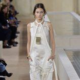 Peto blanco de la colección primavera/verano 2016 de Balenciaga en Paris Fashion Week