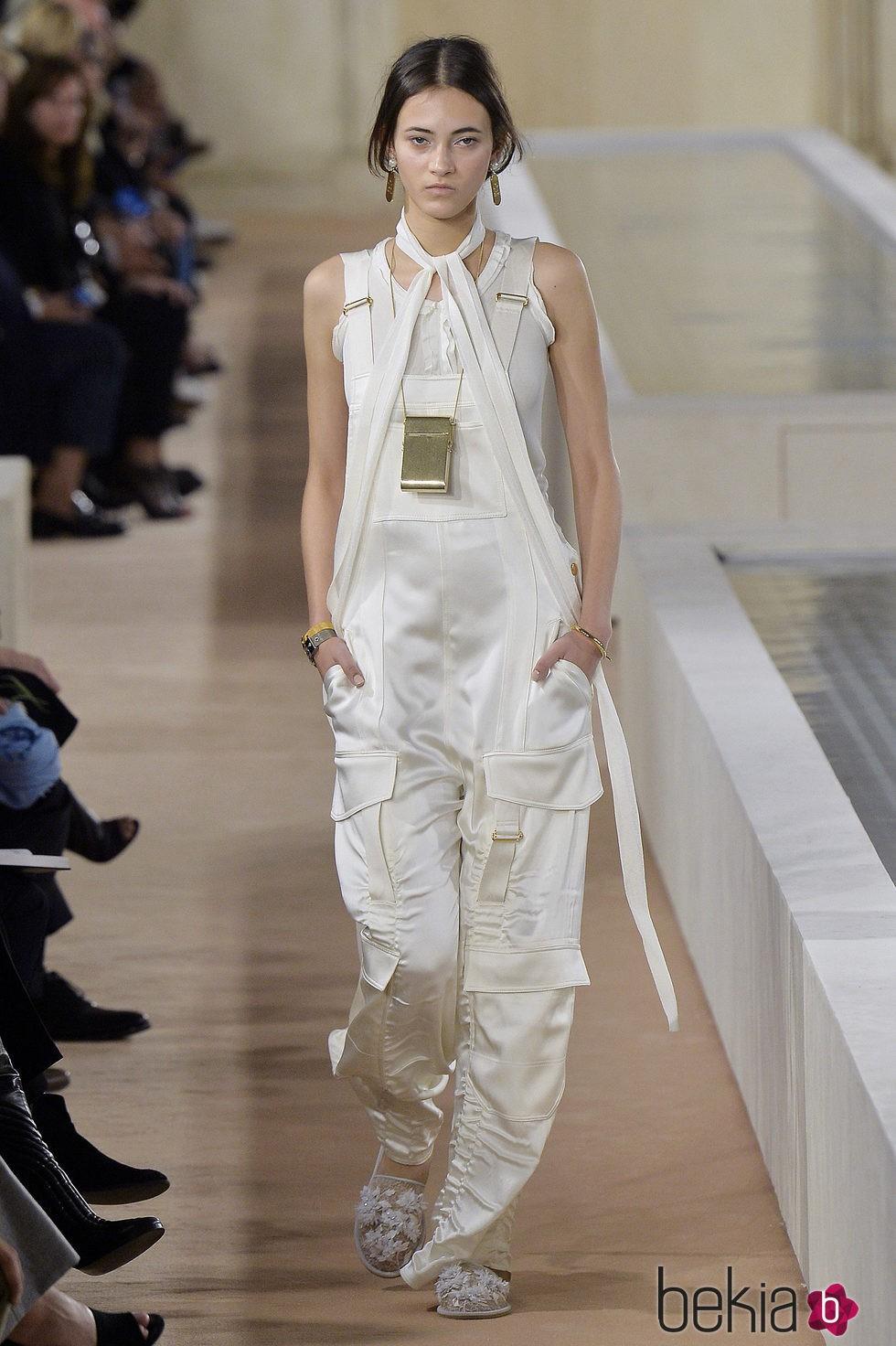 a8d2e95be4 Anterior Peto blanco de la colección primavera verano 2016 de Balenciaga en Paris  Fashion Week