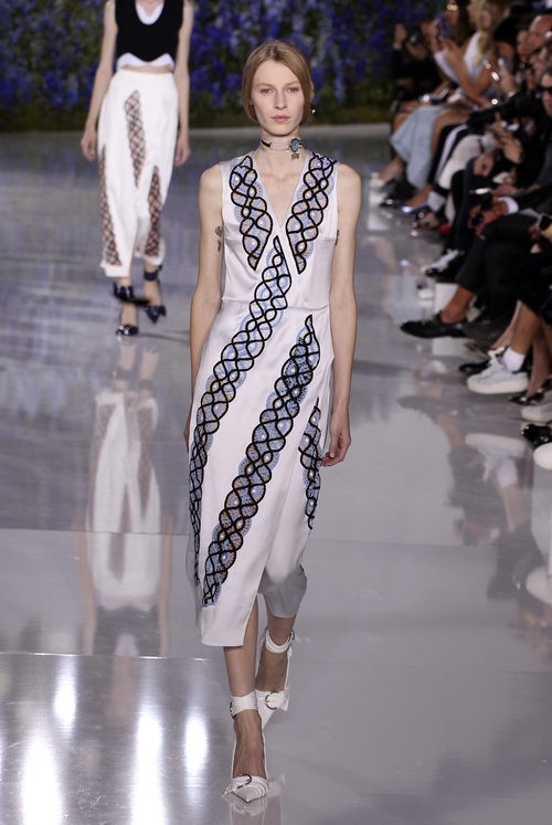 Vestido blanco con crochet de la colección primavera/verano 2016 de Dior en Paris Fashion Week