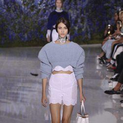 Jersey crop top gris de la colección primavera/verano 2016 de Dior en Paris Fashion Week