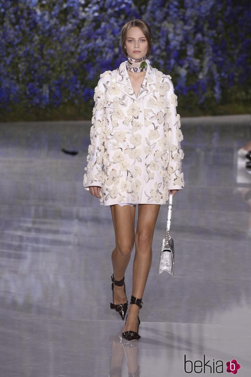 Abrigo con flores superpuestas de la colección primavera/verano 2016 de Dior en Paris Fashion Week