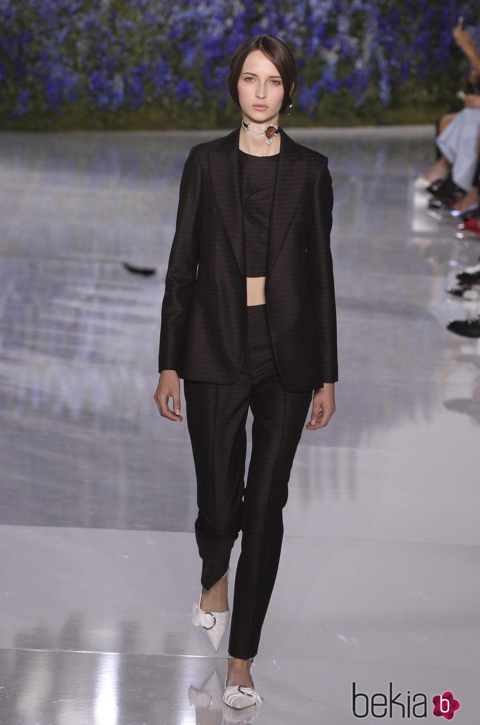 Traje negro de la colección primavera/verano 2016 de Dior en Paris Fashion Week