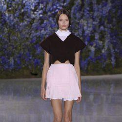 Falda rosa palo con crop top negro colección primavera/verano 2016 de Dior en Paris Fashion Week