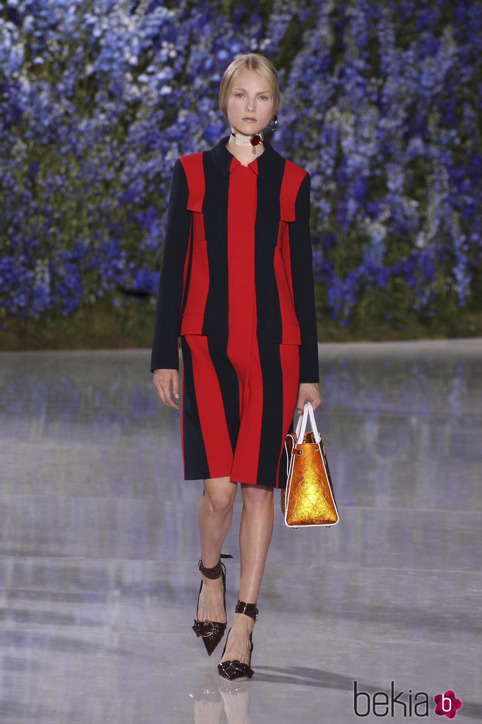 Abrigo de rayas negras y rojas colección primavera/verano 2016 de Dior en Paris Fashion Week
