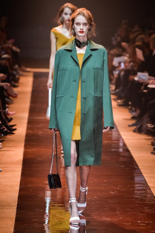 Abrigo verde y vestido mostaza de la colección primavera/verano 2016 de Nina Ricci en Paris Fashion Week