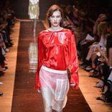 Camisa roja y falda con transparencias de la colección primavera/verano 2016 de Nina Ricci en Paris Fashion Week