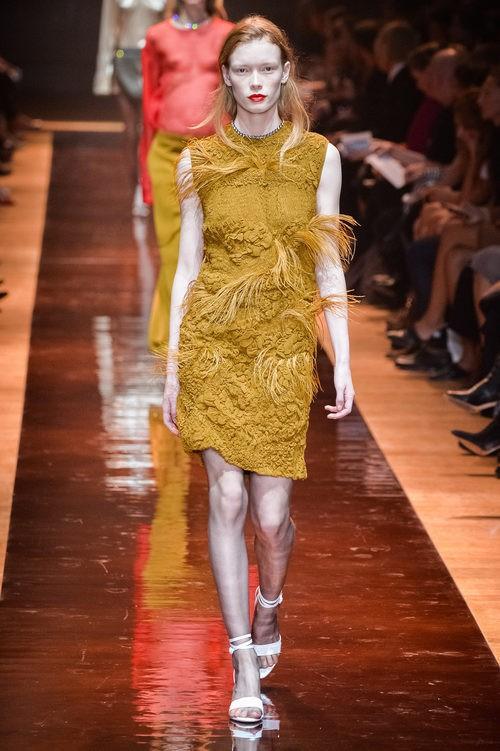 Vestido mostaza de la colección primavera/verano 2016 de Nina Ricci en Paris Fashion Week