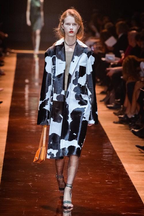 Abrigo blanco y negro de estampado animal de la colección primavera/verano 2016 de Nina Ricci en Paris Fashion Week