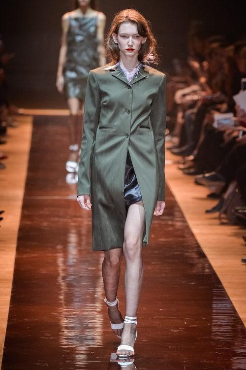 Abrigo caqui de la colección primavera/verano 2016 de Nina Ricci en Paris Fashion Week