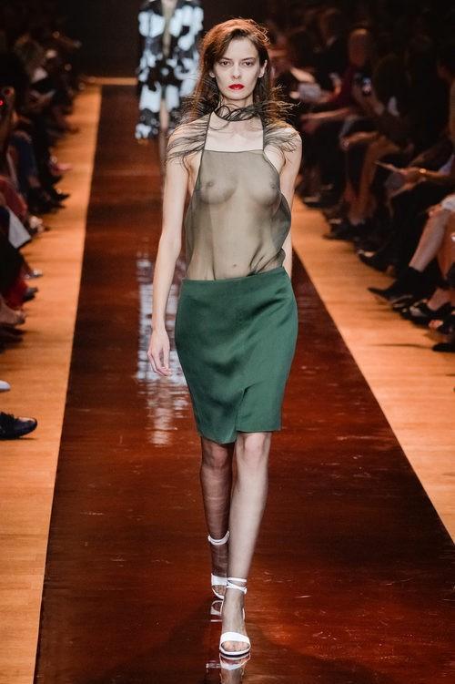 Camisa con transparencias y plumas y falda verde de la colección primavera/verano 2016 de Nina Ricci en Paris Fashion Week