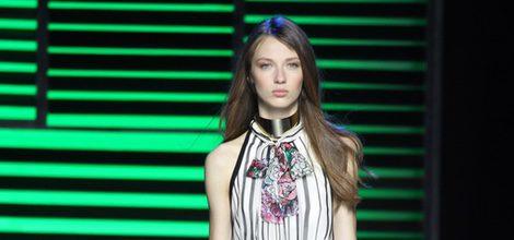 Vestido largo blanco y negro de la colección de primavera/verano 2016 de Elie Saab en París Fashion Week