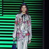 Camisa y pantalón de rayas y flores de la colección de primavera/verano 2016 de Elie Saab en París Fashion Week