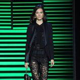Pantalón y camisa de puntillas y americana negra de la colección de primavera/verano 2016 de Elie Saab en París Fashion Week