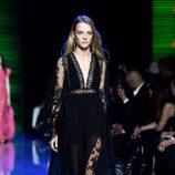 Vestido largo negro con abertura frontal de la colección de primavera/verano 2016 de Elie Saab en París Fashion Week