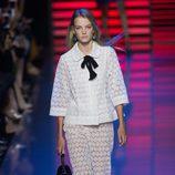 Chaqueta y pantalón blancos de la colección de primavera/verano 2016 de Elie Saab en París Fashion Week
