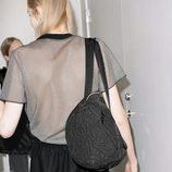 Bolso negro y camisa de rejilla de la colección cápsula de & Other Stories