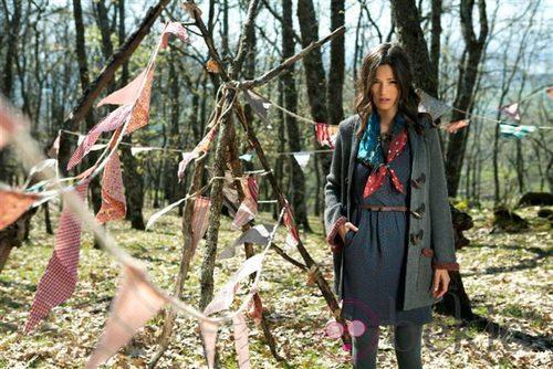 Malena Costa posa con un modelo de la colección otoño/invierno 2011 de Indiwoman by Individual