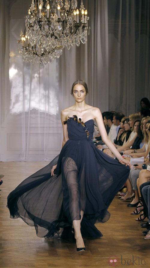 Vestido azul marino de la colección primavera/verano 2012 de Nina Ricci en París