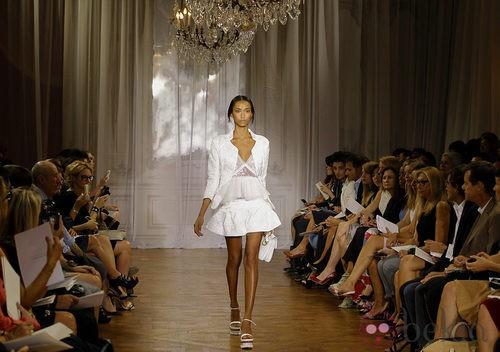 Conjunto blanco de la colección primavera/verano 2012 de Nina Ricci en París