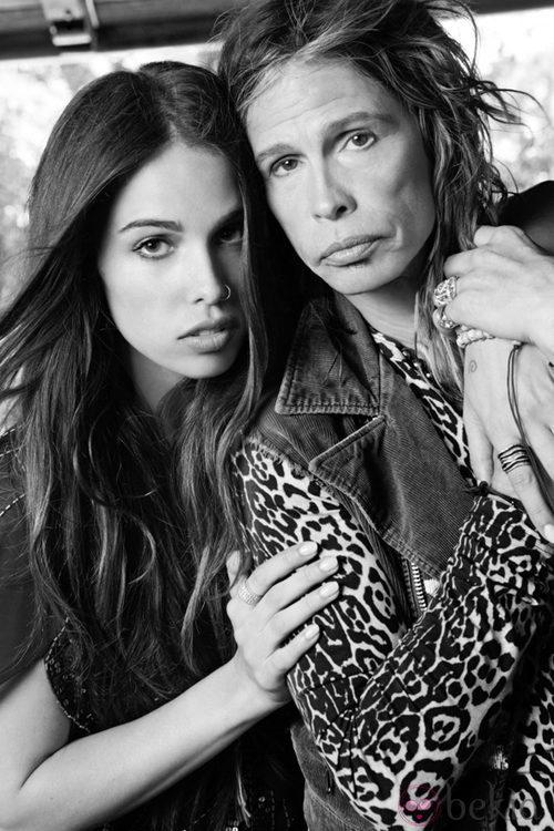 Steven Tyler y su hija Chelsea posan con la colección de Andrew Charles