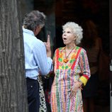 La Duquesa de Alba con caftán multicolor en verano de 2011