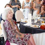 La duquesa de Alba con pulsera en el tobillo