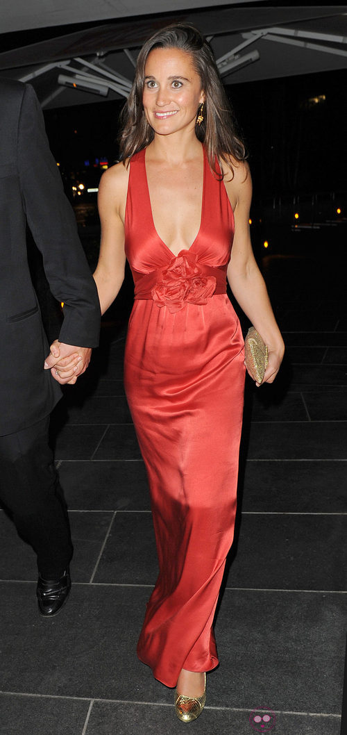 Pippa Middleton con vestido rojo de satén en la gala Boodles Boxing
