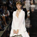 Blusa y falda en blanco con complementos, de John Galliano, colección primavera 2012