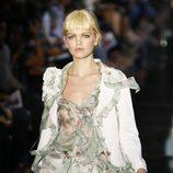 Traje chaqueta pantalón en seda blanca, de John Galliano, colección primavera 2012