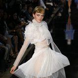 Vestido tableado en seda blanca, de John Galliano, colección primavera 2012