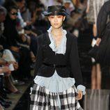 Blazer negro y falda tableada de cuadros, de John Galliano, colección primavera 2012