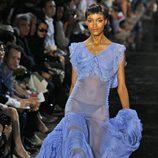 Vestido azul con transparencias, de John Galliano, colección primavera 2012