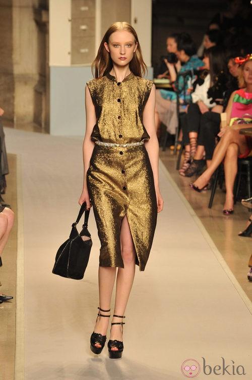 Vestido dorado con corte a la rodilla y cinturón de strass, de Loewe, colección primavera 2012