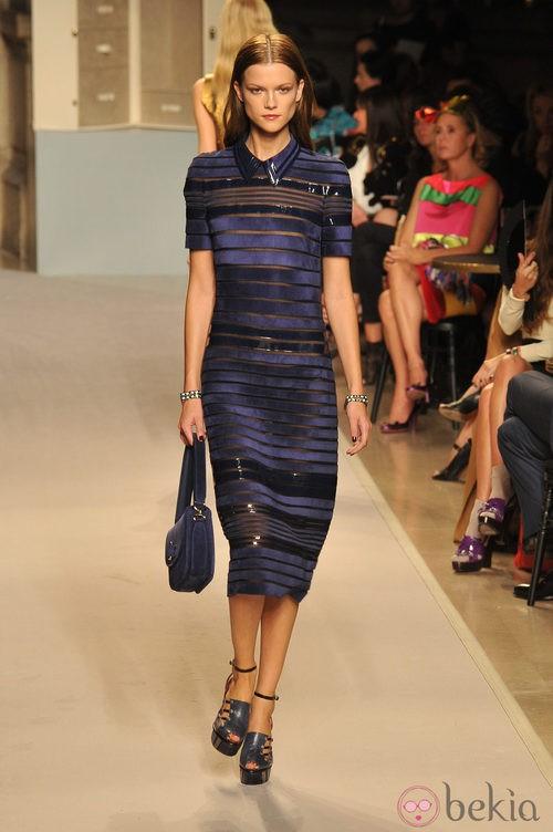 Vestido azul klein de líneas horiontales, de Loewe, primavera 2012