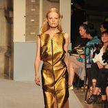 Vestido sin mangas dorado, de Loewe, colección primavera 2012