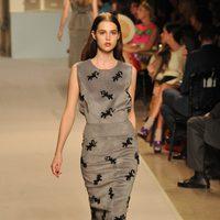 Vestido gris con estampado de salamandras, de Loewe, colección primavera 2012
