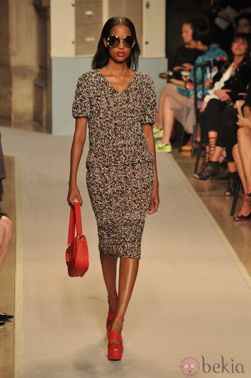 Vestido estampado con complementos en rojo, de Loewe, colección primavera 2012