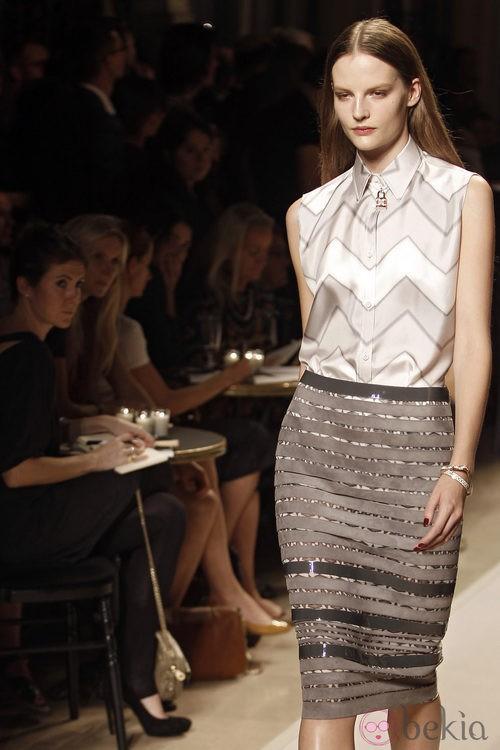 Conjunto falda y camisa beige, de Loewe, colección primavera 2012