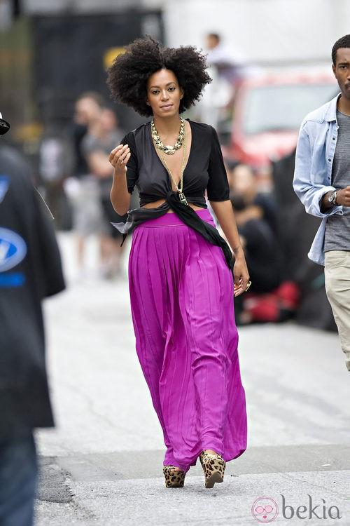 Solange Knowles con maxi falda rosa plisada