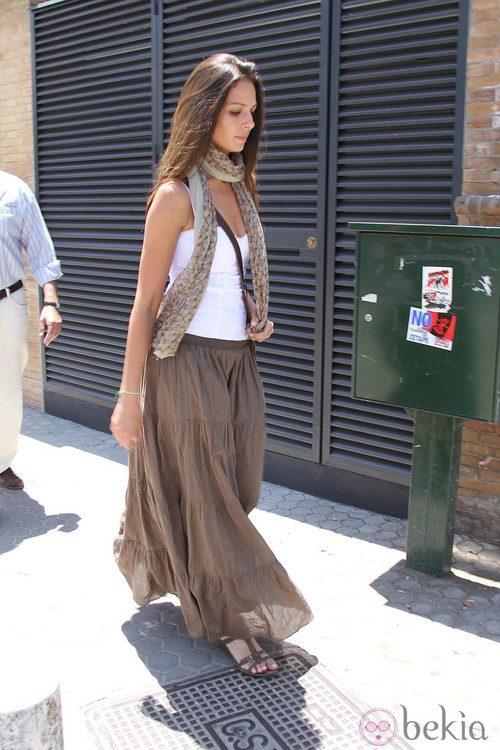 Eva González con maxi falda marrón y camiseta blanca