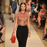 Miranda Kerr desfila para Stuart Webers en la semana de la moda de París